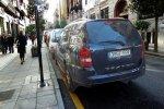 Samochód zaparkowany przy chodniku